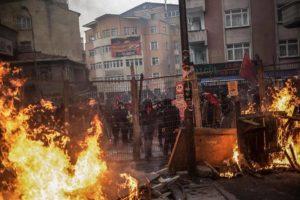 Turchia: durante i cortei per ricordare la morte di Berkin Elvan esplode la rabbia contro lo stato di polizia imposto dall'AKP