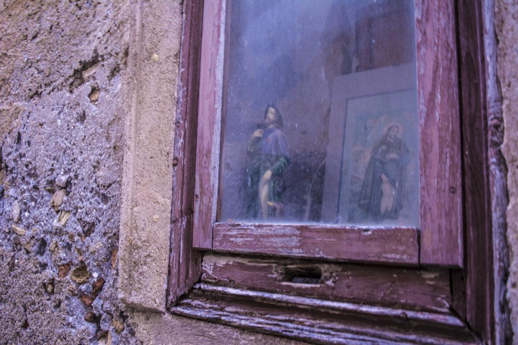 Particolare della Chiesa di San Rocco: La costruzione fu eseguita ex voto dalla gente del luogo, fatto proprio a San Rocco durante la diffusione della pesta nera, in segno di ringraziamento da coloro che avevano ricevuto la grazia dal santo con l'avvenuta guarigione.