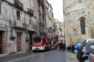Incendio a Corso Telesio, continuano i rilievi.