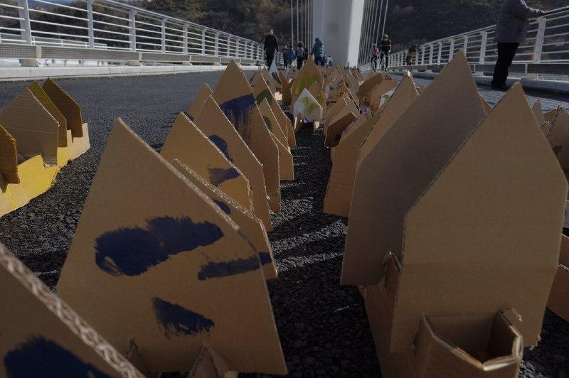 Installazione artistica sul ponte di calatrava con centinaia di case